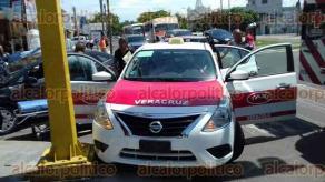 Veracruz, Ver., 18 de septiembre de 2017.-En la intersección de la avenida Cuauhtémoc y la calle Arista se registró un choque entre un taxi y un auto particular; por el fuerte golpe ambos vehículos se proyectaron hacia una esquina.