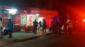"""Coatzacoalcos, Ver., 18 de septiembre de 2017.- Paramédicos y elementos de seguridad acudieron la noche de este lunes al local """"Mi Taquería"""", ubicado en la esquina de las calles Bravo y Revolución, en el Centro, donde un hombre fue asesinado a balazos."""