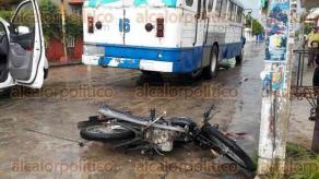 """Cosamaloapan, Ver., 19 de septiembre de 2017.- Un joven de 17 años de edad, que viajaba a bordo de una motocicleta, perdió la vida trágicamente al ser arrollado por un camión urbano de los conocidos como """"Azules""""."""