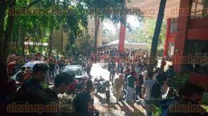 Xalapa, Ver., 20 de septiembre de 2017.- Alumnos de la Facultad de Arquitectura de la UV, se niegan a entrar a las instalaciones ya que aseguran que hay grietas y por negligencia no fueron revisadas adecuadamente.