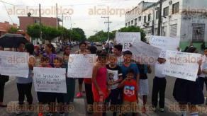 Veracruz, Ver., 20 de septiembre de 2017.- Más de 240 alumnos afectados por el bloqueo de las calles Revillagigedo y Canal; padres de familia exigen a la SEV revisar la instalación eléctrica, ante el corto circuito de este martes.