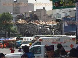 Ciudad de México, 20 de septiembre de 2017.- En la colonia Condesa, cientos de voluntarios, militares y policías trabajan para rescatar a personas atrapadas en edificio de la avenida Álvaro Obregón.