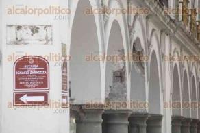 Veracruz, Ver., 20 de septiembre de 2017.- Personal remueve material desprendible que pudiera caer del Palacio Municipal, ante una posible réplica del temblor. Niegan que el edificio haya sufrido daños, pero se aprecian grietas.