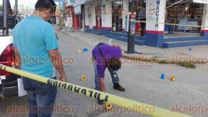"""Coatzacoalcos, Ver., 20 de septiembre de 2017.- Durante un enfrentamiento armado, cuatro personas murieron cerca del mercado """"Puerto México"""", en la colonia Puerto México. Tres de las víctimas fueron baleadas en el bar """"El Coyote Grilli"""". Por el fuego cruzado, murió vigilante de una sucursal de la farmacia Unión."""