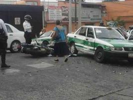 Xalapa, Ver., 20 de septiembre de 2017.- Varios elementos de la Policía estatal llegaron al lugar de los hechos para apoyar a su compañero, tras chocar con taxista.