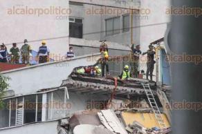 Ciudad de México, CDMX, 21 de septiembre de 2017.- El trabajo de los rescatistas en la colonia Condesa, una de las más afectadas por el número de edificios dañados y colapsados, registra las labores de rescate de personas atrapadas en la avenida Álvaro Obregón 286.
