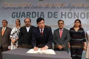 Xalapa, Ver., 21 de septiembre de 2017.- El dirigente estatal del partido Movimiento Ciudadano acompañado por la militancia, montó guardia de honor ante el monumento a Miguel Hidalgo.