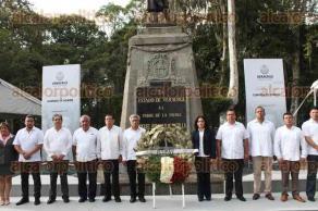 Xalapa, Ver., 21 de septiembre de 2017.- El profesor Armando Chama Juárez, presidente de la Federación de Sindicatos Magisteriales del Estado acompañado por sus colaboradores, presidió la guardia de honor ante la efigie de Miguel Hidalgo.