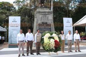 Xalapa, Ver., 21 de septiembre 2017.- El delegado estatal de la CONAFE, Francisco Herrera Jiménez, montó guardia de honor ante el monumento a Miguel Hidalgo.