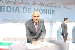 Xalapa, Ver., 22 de septiembre de 2017.- El titular del Consejo Directivo Estatal de la Asociación de Constructores, Rafael Núñez Landa, en guardia de honor ante el monumento de Miguel Hidalgo.