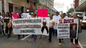 Veracruz, Ver., 22 de septiembre de 2017.- Familiares y amigos de Claudia Alondra Suárez, joven asesinada presuntamente por su exnovio el pasado 10 de septiembre, marcharon sobre la avenida Independencia hasta el Zócalo para que FGE apresure las investigaciones.