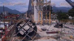"""Orizaba, Ver., 22 de septiembre de 2017.- El alcalde Juan Manuel Diez Francos y el director de operaciones de """"Mexpresa"""", Arturo Pérez Aguilar, estuvieron presentes durante el colado de la última parte del puente atirantado."""