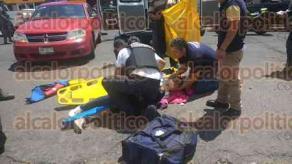 Xalapa, Ver., 23 de septiembre de 2017.- Una mujer que viajaba a bordo de una motocicleta, resultó lesionada junto con una menor de edad que la acompañaba luego de sufrir un accidente sobre Miguel Alemán.