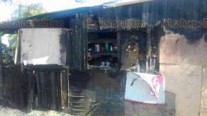 Veracruz, Ver., 23 de septiembre de 2017.- En calles del fraccionamiento Villa Rica al norte de la ciudad se incendiaron viviendas la madrugada de este sábado, generando la movilización de Bomberos y cuerpos de auxilio. Son siete familias las afectadas.