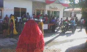 Catemaco, Ver., 23 de septiembre de 2017.- Lector comparte imágenes de la famosa mojiganga que se organizó en este municipio para recolectar víveres para los damnificados a causa de los sismos.