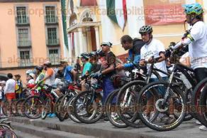 Xalapa, Ver., 24 de septiembre de 2017.- Ciclistas de diversos clubs llegaron a Plaza Lerdo para manifestarse en contra de la inseguridad, ya que varios han sufrido asaltos en las rutas que transitan.