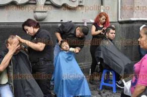 """Xalapa, Ver., 24 de septiembre de 2017.- Instituto de belleza """"Hadas"""", intercambia cortes de cabello por víveres para damnificados por los sismos vividos en días pasados."""
