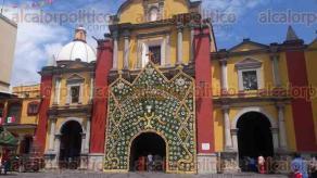 Orizaba, Ver., 24 de septiembre de 2017.- Esta tarde el obispo de Orizaba, Eduardo Cervantes Merino, bendijo el arco que fue colocado a la entrada de la catedral, pesa más de una tonelada y fue donado por personas de comunidades de Zongolica.