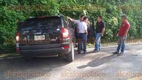 """Huatusco, Ver., 24 de septiembre de 2017.- Una camioneta del Transporte Mixto Rural """"Pirata"""" y una camioneta marca Jeep chocaron  en la carretera Huatusco-Totutla, a la altura de la gasolinería """"Los Álamos"""". Al sitio arribaron Cruz Roja, Bomberos y Policía Municipal."""