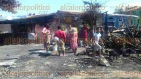 Veracruz, Ver., 24 de septiembre de 2017.- Cinco viviendas fueron consumidas por un incendio la madrugada de este sábado en el fraccionamiento Villa Rica, familias humildes quedaron sin nada, piden ayuda para construir sus casas.