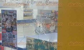 Coatzacoalcos, Ver., 24 de septiembre de 2017.- El conductor del taxi 3454 fue baleado en la esquina de la avenida Juan Escutia con la avenida Lucas Alamán, en la colonia Benito Juárez Sur. Paramédicos que pasaban por el sitio auxiliaron a la víctima. Una de las balas dio en los cristales de una tienda de conveniencia.