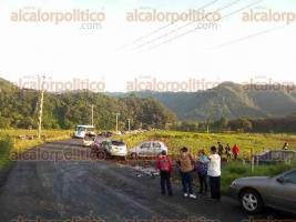 Tlacolulan, Ver., 25 de septiembre de 2017.- Manifestación de padres de familia en la carretera desde las 7:00 horas, debido a que no han recibido ayuda por parte de las autoridades municipales por los daños que ocasionó el temblor en el preescolar de Tengonapa.