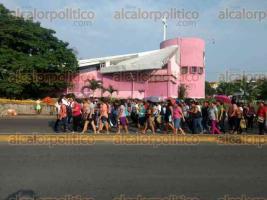 """Veracruz, Ver., 25 de septiembre de 2017.- Decenas de padres de familia bloquean la avenida JB Lobos del poniente de la ciudad de Veracruz. Los quejosos piden un dictamen a la escuela """"Flores Magón"""" por supuestos daños en el sismo pasado."""