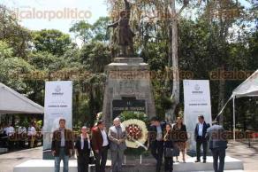 Xalapa, Ver., 25 de septiembre de 2017.- El presidente de la Confederación Patronal de la República Mexicana, Gustavo de Hoyos Walther y sus colaboradores, colocaron una ofrenda floral y montaron guardia de honor ante la efigie a Miguel Hidalgo.