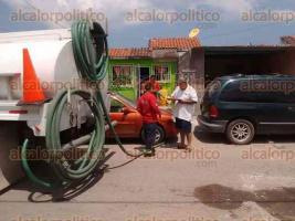 Veracruz, Ver., 25 de septiembre de 2017.- Grupo MAS llevó una pipa de agua potable a habitantes de la zona residencial Campanario, pero no fue suficiente para abastecer a las casas que no tienen agua.