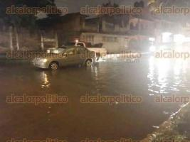 Xalapa, Ver., 25 de septiembre de 2017.- Un automóvil quedó varado en la avenida de la República, debido al encharcamiento por las lluvias de esta tarde.