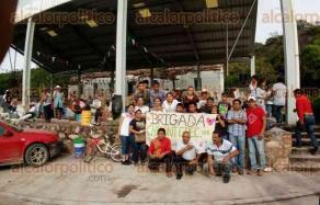 Chicontepec, Ver., 25 de septiembre de 2017.- Un grupo de jóvenes viajó más de 15 horas para llegar a la localidad de San José el Platanar, municipio de Cohetzala, Puebla, para entregar víveres.
