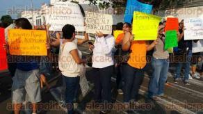 """Veracruz, Ver., 26 de septiembre de 207.- Padres de familia de la primaria """"Guadalupe Victoria"""" bloquearon la calle Nezahualcóyotl, acusan que son más de 140 alumnos afectados por falta de clases."""