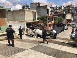 Xalapa, Ver., 26 de septiembre de 2017.- Tres lesionados tras volcadura sobre la calle Venezuela de la colonia Reforma, elementos de la Policía Estatal, Policía Vial y Tránsito del Estado acudieron a tomar conocimiento de los hechos.