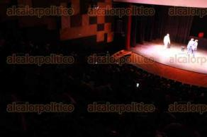 """Xalapa, Ver., 16 de octubre de 2017.- En la sala """"Dagoberto Guillaumín"""" del Teatro del Estado se presentó la obra """"En que piensas"""" de Xavier Villaurrutia con la participación de Víctor Flores, Deivin Uriel Viveros, Alejandro Arrañaga y Angie Mcastel, como parte del 26 Festival de Teatro Universitario."""