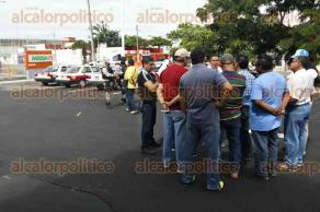 Veracruz, Ver., 17 de octubre de 2017.- Taxistas que hacen base en centro comercial de la avenida Cuauhtémoc se reunieron en el estacionamiento de esta plaza, para solicitar a la SSP que instale retenes, pues han sido víctimas de asaltos.