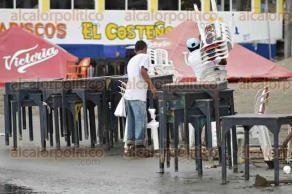 Veracruz, Ver., 17 de octubre de 2017.- La playa de Villa del Mar fue cerrada debido a la marejada que provocaron los vientos del norte. Palaperos consideran que tendrán importantes pérdidas económicas al no instalar mesas y sillas en la zona de playa.