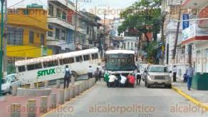Xalapa, Ver., 17 de octubre de 2017.- 15:40 horas: en la calle de Hidalgo casi llegando al parque de Los Berros, un autobús se descompuso y bloquea la circulación.