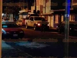 Veracruz, Ver., 17 de octubre de 2017.- La noche de este martes, elementos de la Marina y de la Secretaría de Seguridad Pública, cerraron la calle Carlos Cruz, entre Cuauhtémoc y Victoria, en el Centro, donde fue encontrado un artefacto explosivo.