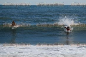 Veracruz, Ver., 18 de octubre de 2017.- En las playas de Villa del Mar una pareja de surfistas disfrutó del día soleado para remontar olas.