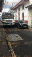 Xalapa, Ver., 18 de octubre de 2017.- Vehículo descompuesto en la calle Altamirano bloquea parcialmente la circulación.