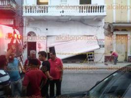 Veracruz, Ver., 18 de octubre de 2017.- Alrededor de las 18:30 horas de este miércoles ocurrió un derrumbe en el interior de un edificio ubicado en la calle Cinco de Mayo en el Centro Histórico. Al lugar se llegaron elementos de la Policía Naval, Estatal, Bomberos Municipales y Protección Civil.