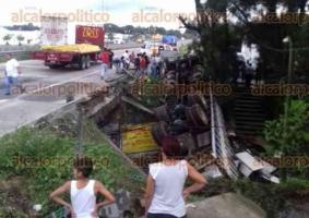 Córdoba, Ver., 18 de octubre de 2017.- La tarde de este miércoles, un camión torton que circulaba a exceso de velocidad sobre el carril de bajada de la autopista Orizaba-Córdoba, se salió del camino y cayó del puente