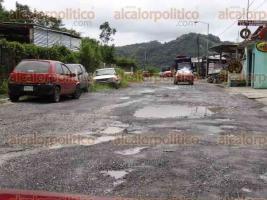 Chicontepec, Ver., 18 de octubre de 2017.- Decenas de agrupaciones de taxistas cooperaron voluntariamente para reparar tramos cercanos al primer cuadro del municipio ante el desinterés del Ayuntamiento.
