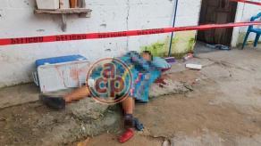 Papantla, Ver., 18 de octubre de 2017.- Elementos de seguridad resguardaron la calle Zoquiapan, de la colonia Ampliación López Mateos, donde un hombre fue asesinado a balazos. Otro, herido de bala, fue trasladado al Hospital Civil.