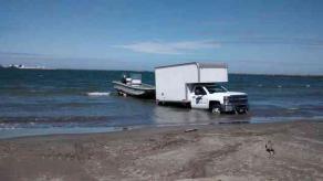 Veracruz, Ver., 18 de octubre de 2017.- Por echar al agua una de sus embarcaciones, se atascó camioneta de SEMAR en la arena reblandecida.