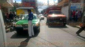 Xalapa, Ver., 19 de octubre de 2017.- Un taxista chocó contra motociclista en la esquina de Pípila y Alfaro, la tarde de este jueves. Debido al impacto, la motocicleta salió proyectada y golpeó a una mujer de 69 años de edad que caminaba por el lugar.