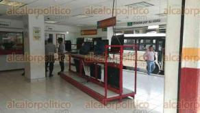 Córdoba, Ver., 19 de octubre de 2017.- Dos sujetos armados asaltaron esta tarde una casa de empeño ubicada entre la Avenida 5 y Calle 11 en la colonia Centro; amenazaron al personal y rompieron cristales de vitrinas.