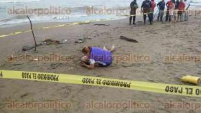 Coatzacoalcos, Ver., 19 de octubre de 2017.- Un familiar llora junto al cadáver del joven Abraham Líncer Gutiérrez, que fue localizado este jueves en la zona de playa a la altura de la colonia Las Gaviotas, luego de que cayera a un colector pluvial.