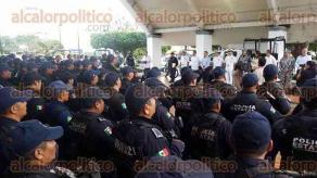 Coatzacoalcos, Ver., 19 de octubre de 2017.- Este jueves, el gobernador Miguel Ángel Yunes Linares entregó 14 patrullas y 10 motocicletas al Mando Único de este municipio.