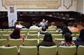 """Xalapa, Ver., 19 de octubre de 2017.- José Luis Martínez Morales impartió la conferencia magistral """"Una imagen de Xalapa, a través de la literatura"""", en la Sala de Cabildo del Palacio Municipal, la tarde de este jueves."""